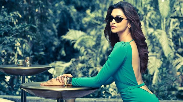 знаменитость, смотрит в глаза, солнечные очки, фильтр, длинные волосы, брюнетка, платье, девушка, очки