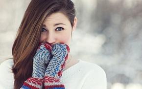 длинные волосы, голубые глаза, брюнетка, перчатки, свитер