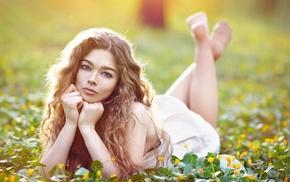 девушка, босиком, цветы, ноги вверх, голубые глаза